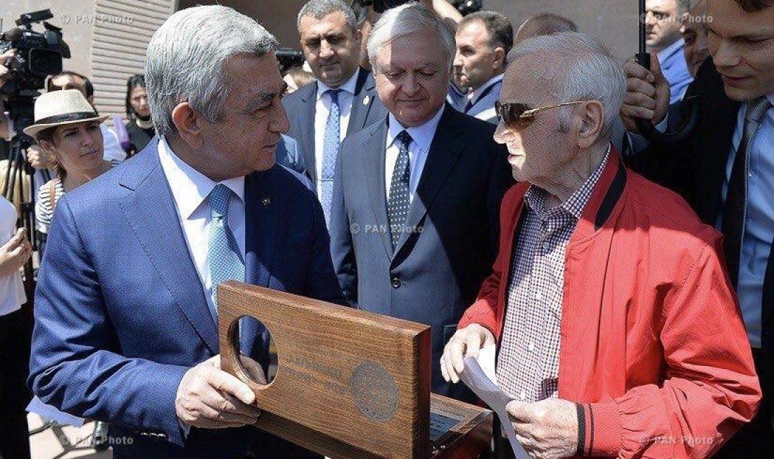 Шарлю Азнавуру торжественно вручили ключи от его дома-музея в Ереване